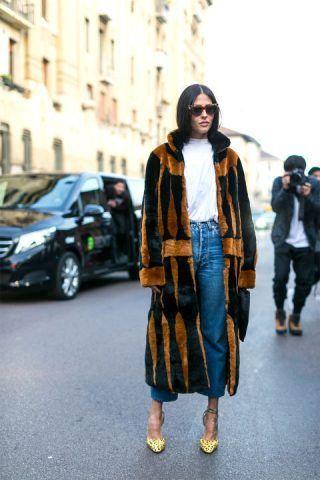 Gilda Ambrosio ha optato per una pelliccia lunga, mom jeans e saldali con tacco alto.