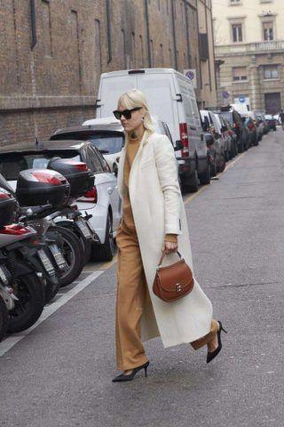 L'influencer Linda Tol non sbaglia nè con il vestito camel e cappotto bianco...