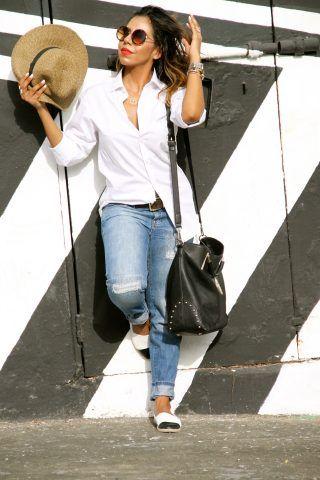 Look tomboy: jeans e camicia da uomo aperta