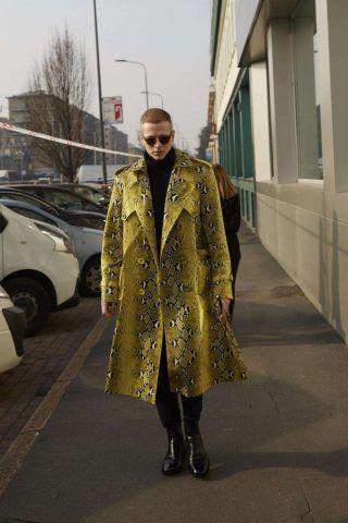 Una giacca in pitone giallo per non passare inosservato... Si certo!
