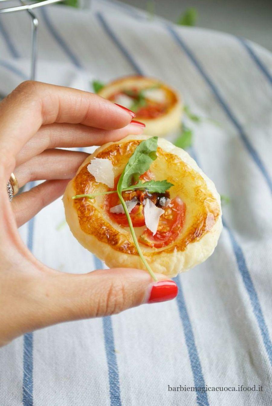 pizzette-sfoglia-stracchino-pomodorini-rucola3-768x1147