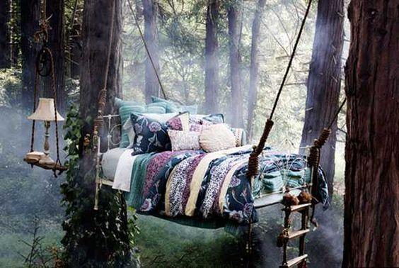Dormire sospesi in una foresta