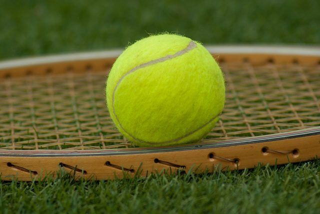 Anche con il tennis dobbiamo fare attenzione perché alleniamo un solo braccio, ma sappiate che ci fa perdere 660 calorie l'ora, anche se i benefici si vedono solo dopo l'ora e mezza di allenamento.