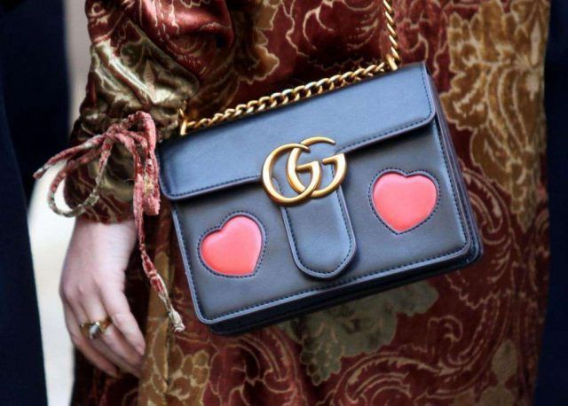La tracollina elegante Gucci, nera di pelle con cuoricini è tra gli accessori street style più belli di questa MFW.