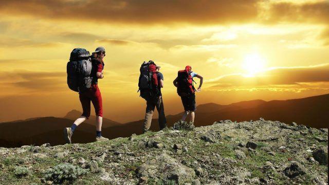 Il trekking non solo ci permette di ammirare panorami mozzafiato, ma per un'ora di attività ci fa perdere fino a 400 calorie. Va bene ancheuna passeggiata a ritmo sostenuto di 45 minuti.