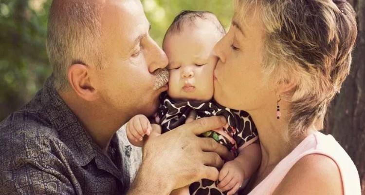 Baci sulla bocca tra nonni e nipote? Il motivo del perché andrebbero evitati?