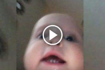 Bimbo ruba il telefono della mamma e corre per la casa… la telecamera riprende tutto!