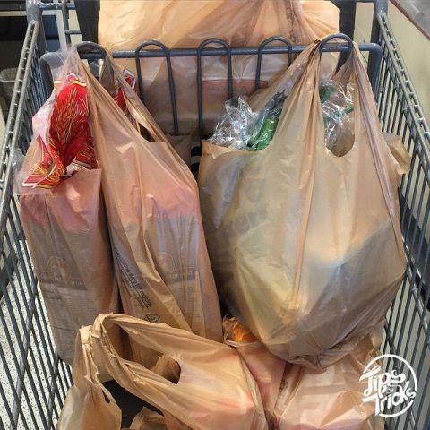 Il carrello della spesa ha dei comodi ganci per appendere i sacchetti