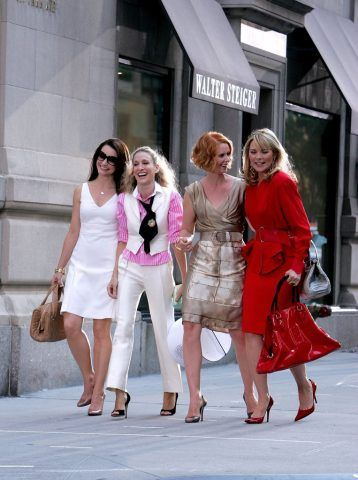 Aggiungete un po' di coolore pop su un look totally white per distinguervi nella folla