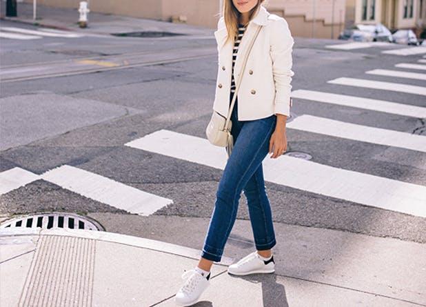 Sneakers bianche con jeans