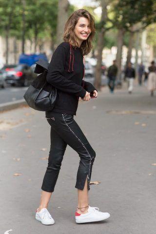 Sneakers bianche con pantaloni di pelle