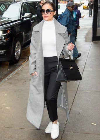 Sneakers bianche con cappotto lungo