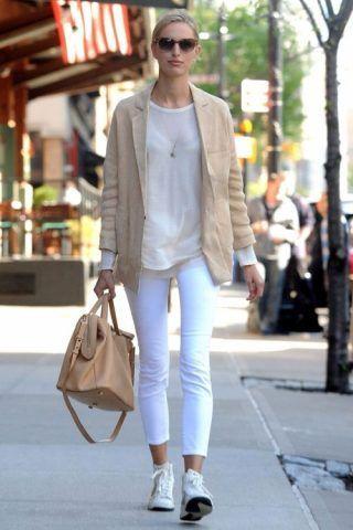 Sneakers bianche con pantaloni bianchi