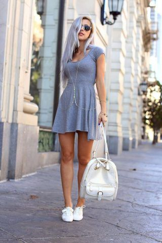 Sneakers bianche con minidress