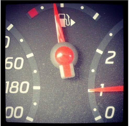 L'indicatore per sapere dove si trova il serbatoio della benzina