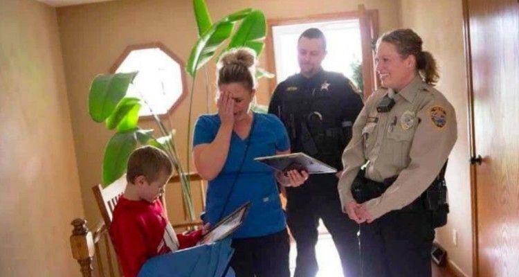 La polizia bussa alla porta della loro casa, la madre capisce e scoppia a piangere