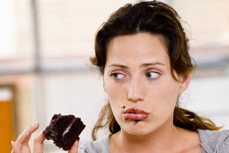 Mangiare e abbuffarsi di nascosto è pericoloso