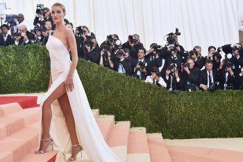 10 consigli per indossare un abito con spacco