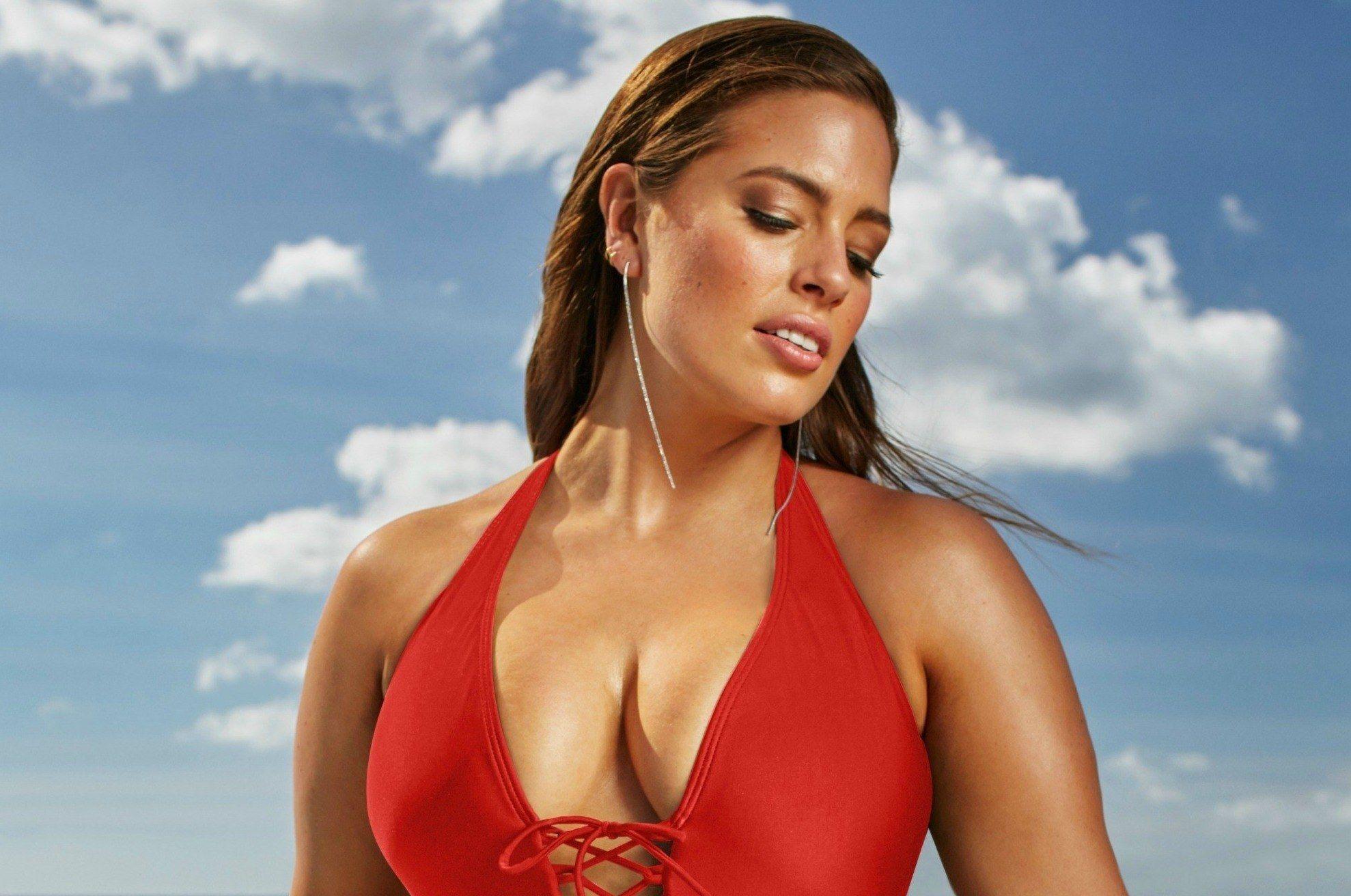 Se hai il seno grande, ecco gli errori da non fare con i costumi da bagno