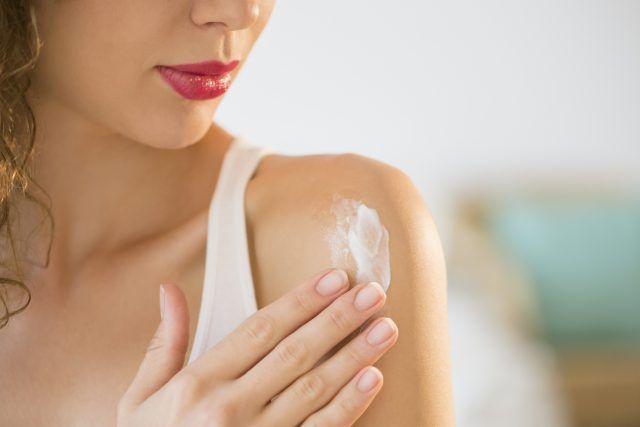 Dopo aver applicato la crema, aspettate 5 minuti prima di vestirvi.