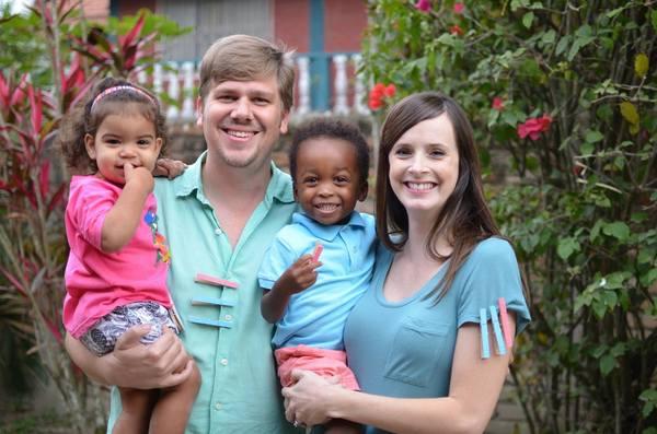 Popolare Una donna bianca partorisce tre bambini di colore, la storia è  QH03
