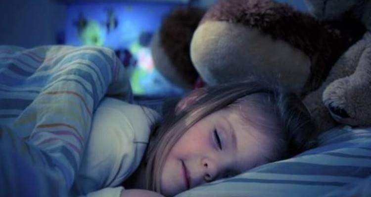 Andare a letto presto fa bene al bambino, ma anche ai genitori
