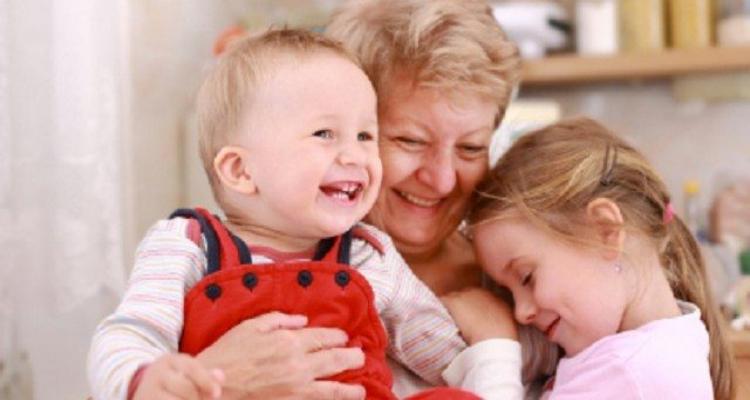 Nonna materna e nonna paterna: cosa pensa la scienza