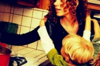 Pulisce il vomito della figlia di 3 anni. Dopo 7 anni, quest'uomo è ancora lì