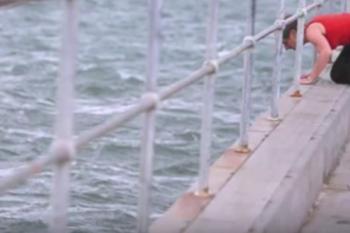 Diffonde le ceneri della nonna in mare, poi vede l'impensabile e… si tuffa in acqua!