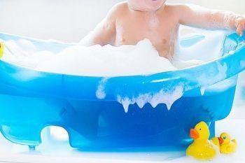 Neonata affoga nella vasca, la mamma era distratta dal cellulare