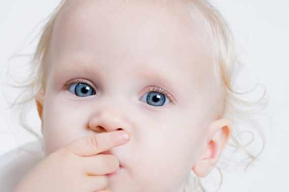 occhi di un neonato tra azzurro e grigio