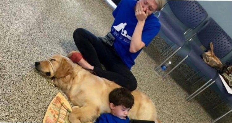 Una madre si commuove vedendo suo figlio sdraiato sul cane