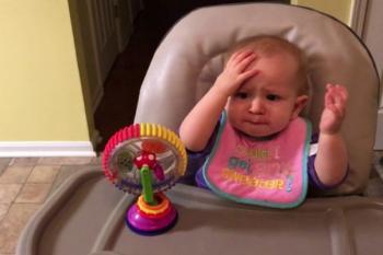 Bambina assaggia i broccoli per la prima volta