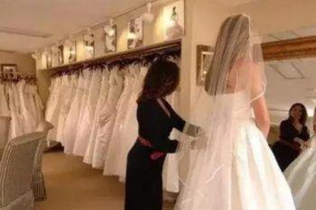 Mamma e figlia si divertono a deridere una futura sposa in carne mentre prova il vestito