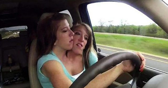 gemelle siamesi al volante