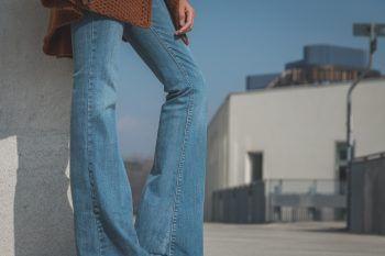 I pantaloni a zampa sono ancora di moda