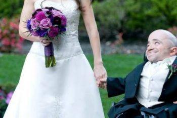 Condivide le foto del suo matrimonio ma la gente non ci crede, quella non può essere sua moglie
