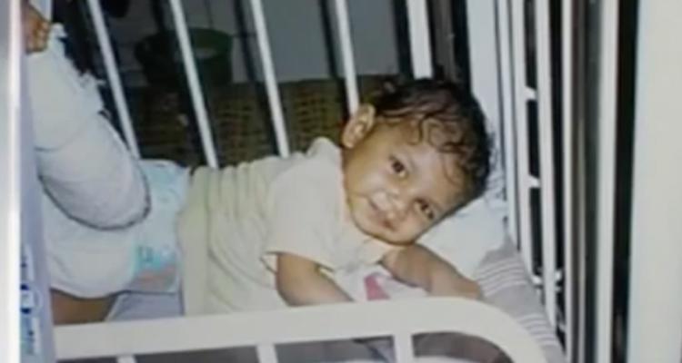 Abbandona sua figlia di anno in una casa disabitata e copre le sue tracce