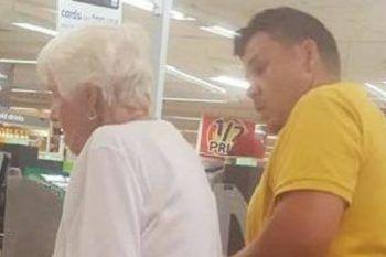 Fotografato di nascosto mentre compie un gesto verso un'anziana signora in cassa