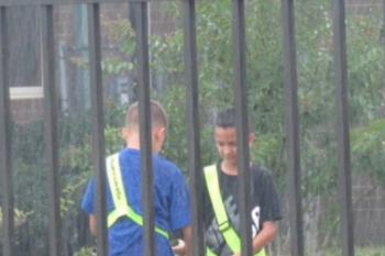 Insegnate scopre due studenti nel cortile della scuola, sotto la pioggia