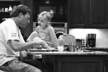 Stanca di suo marito, gli manda un sms ma dopo aver visto sua figlia, si pente