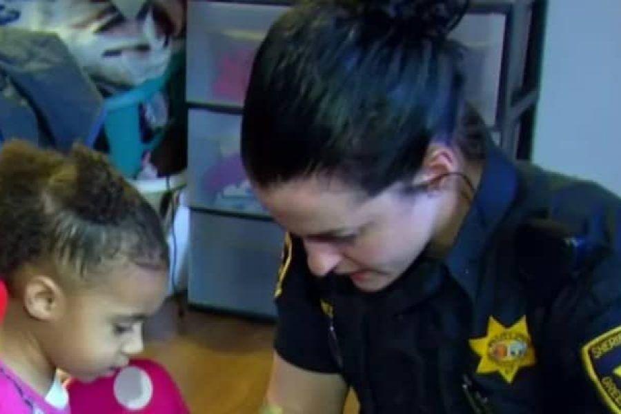 Bambina chiama la polizia, quando gli agenti scoprono il motivo, scoppiano a ridere