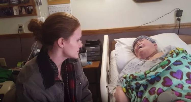 Il gesto di un'infermiera per una nonnina in fin di vita