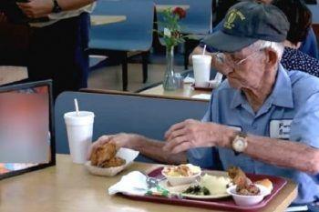 Uomo mangia ogni giorno da solo: quello che ha sempre con se vi farà piangere