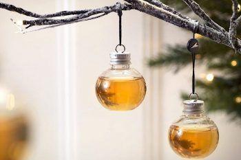 Decoriamo l'albero di Natale con le palline ripiene di whisky