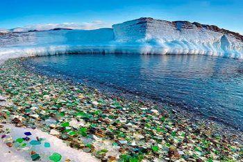 Russia, la spiaggia dove la natura ha modificato i rifiuti degli umani trasformandoli in splendore
