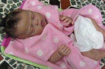 Ti sembra che questo neonato dorma? Rimarrai sorpreso quando scoprirai la verità!