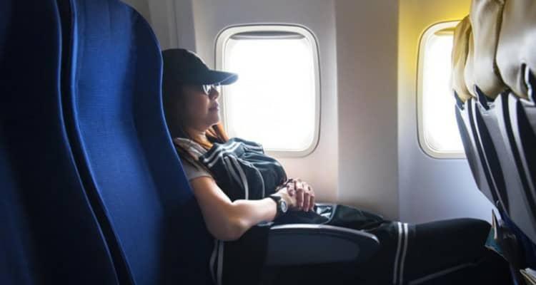 Disturba una madre stanca durante un volo, così lei decide di vendicarsi.