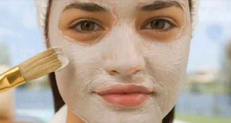 La maschera al bicarbonato di sodio che elimina le macchie dal viso e l'acne, ringiovanisce e ripara la pelle.