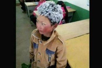 Bambino costretto ad andare a scuola con un freddo gelido